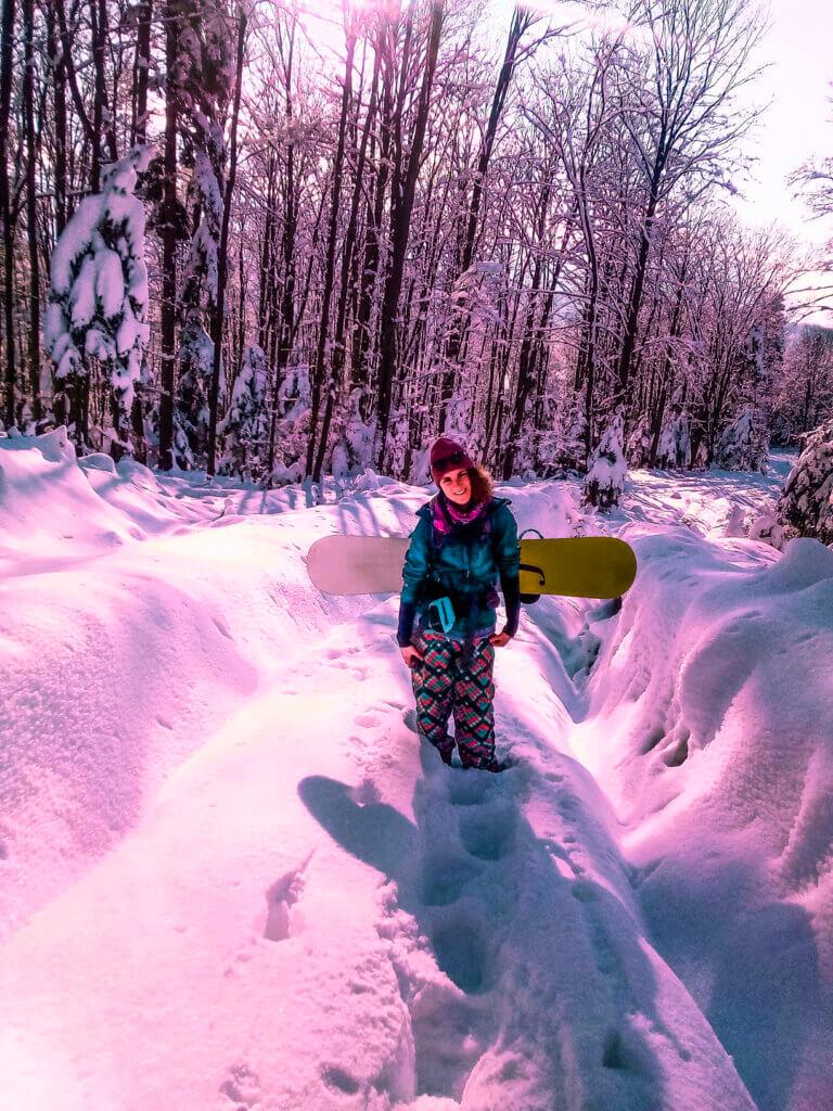 snowboardzistka w górach
